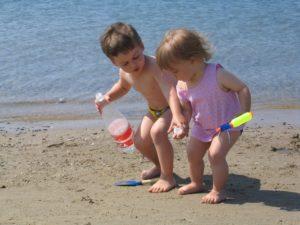 alya-und-koray-spielen-gemeinsam-am-strand